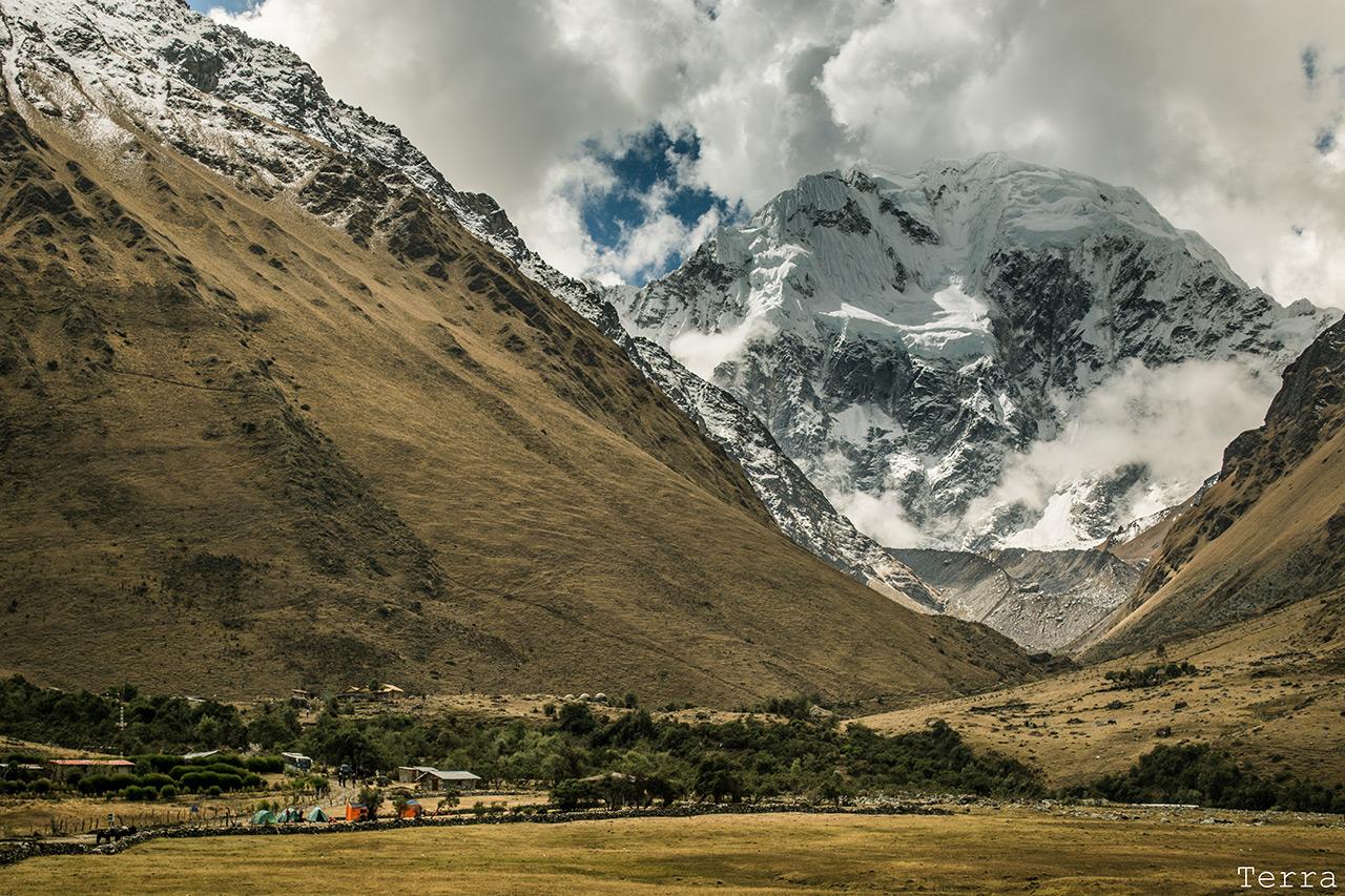 Camping Soraypampa e o imponente Salkantay ao fundo.