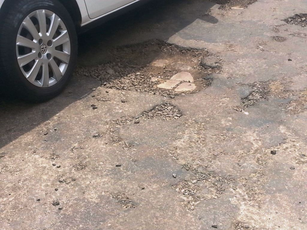 carro na rua com buraco